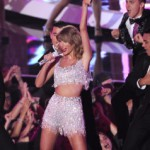 "Watch Taylor Swift perform her latest single ""Shake It Off"" on MTV VMA Awards 2014"